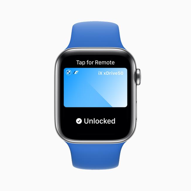 디지털 차 키를 사용해 차의 문을 열어주는 것을 보여주는 Apple Watch Series 6.