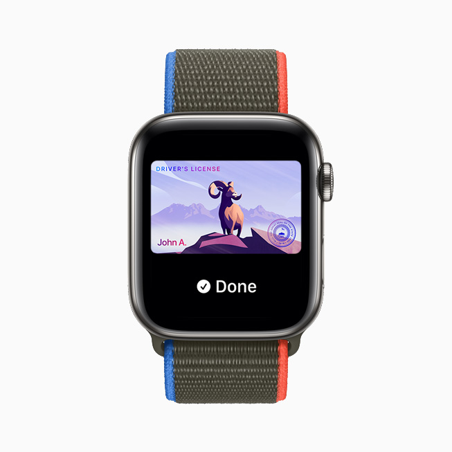 Wallet 앱에 저장된 운전면허증을 보여주는 Apple Watch Series 6.