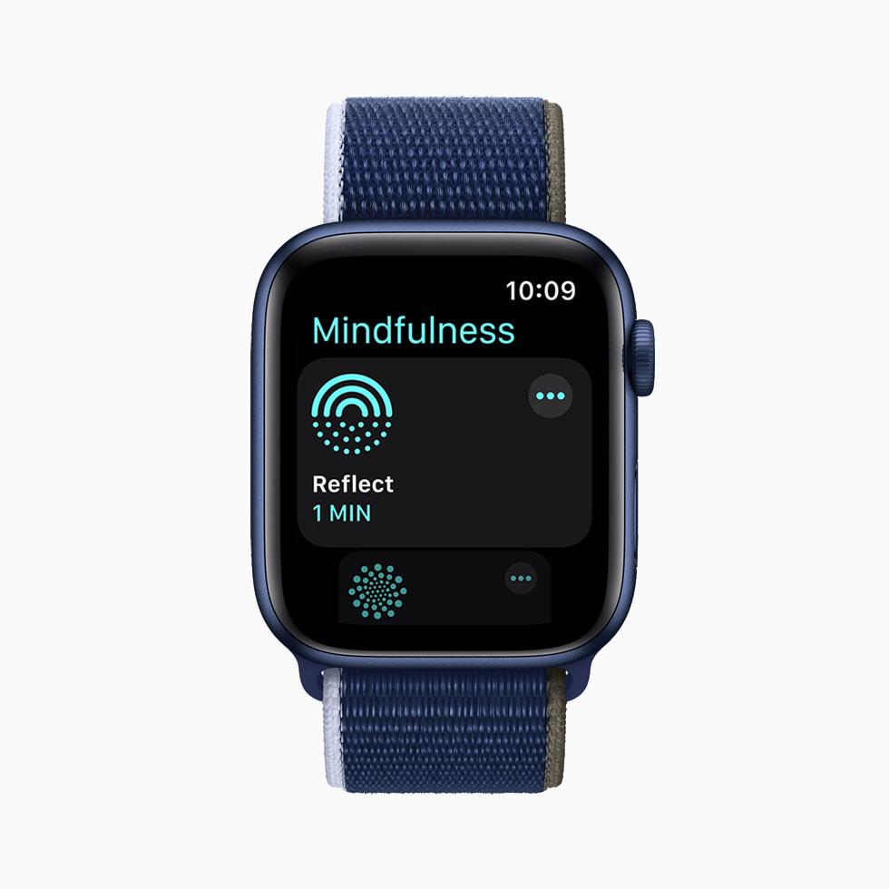 마음 챙기기 앱의 성찰 세션, 인물 사진 시계 페이스, Wallet 앱에 저장된 디지털 홈 키를 보여주는 각각의 Apple Watch Series 6.