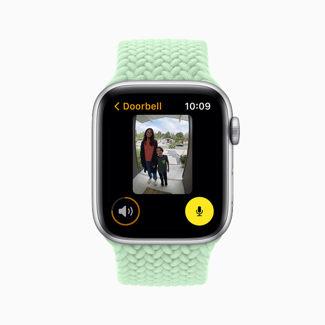 HomeKit 지원 카메라를 통해 문 앞의 방문자를 보여주는 Apple Watch Series 6.