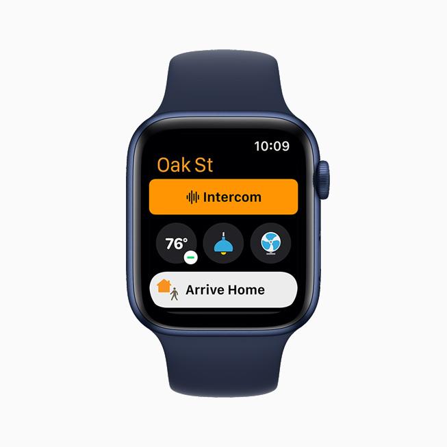 홈 앱의 인터컴 기능을 보여주는 Apple Watch Series 6.