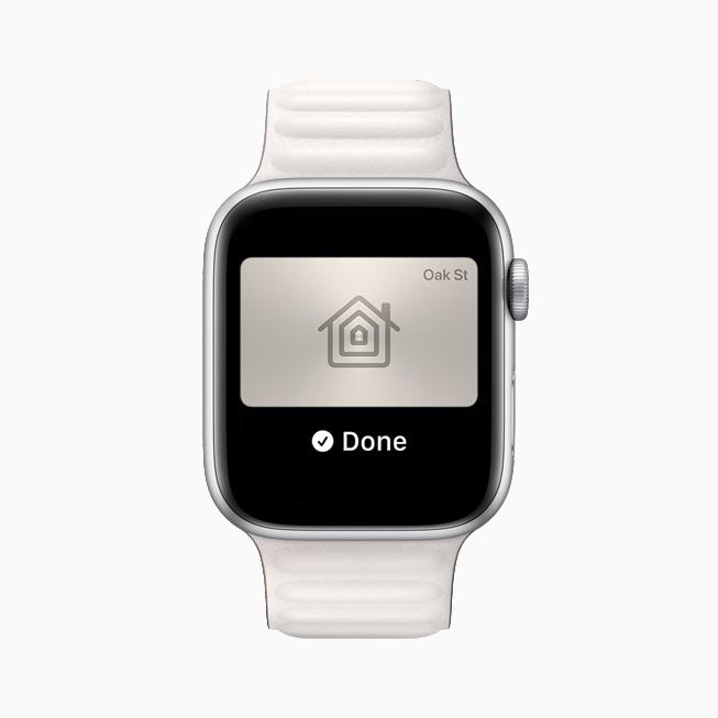 Wallet 앱에 저장된 디지털 홈 키를 보여주는 Apple Watch Series 6.