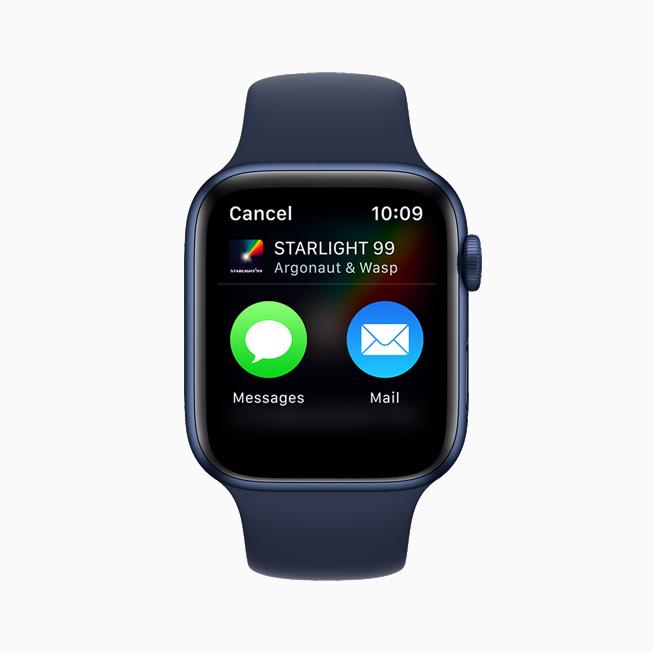 메시지 또는 메일을 사용해 음악 앱의 노래를 공유할 수 있는 옵션을 보여주는 Apple Watch Series 6.