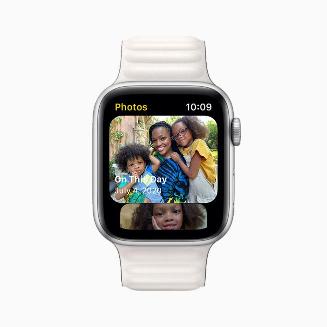 사진 앱 사진 보관함의 스냅샷을 보여주는  Apple Watch Series 6.
