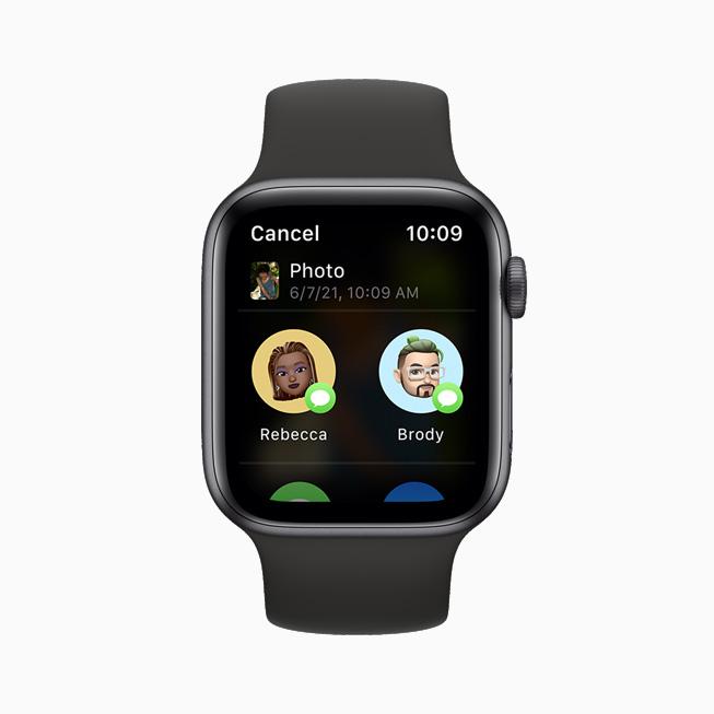 새로운 공유 시트를 사용해 메시지로 사진을 공유하는 Apple Watch Series 6.