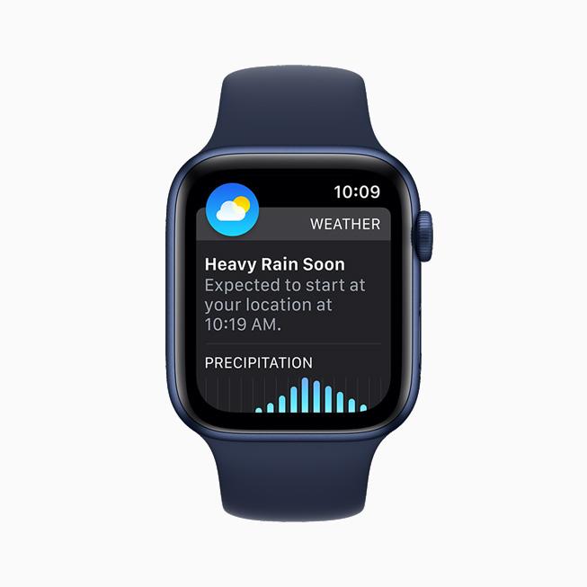날씨 앱의 다음 1시간 강수량 알림을 보여주는 Apple Watch Series 6.