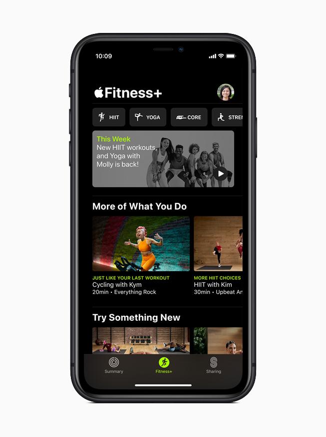 iPhone 11 Proに表示されるApple Fitness+のホームスクリーン。