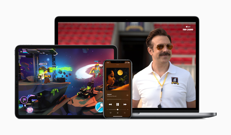 iPad som visar Apple Arcade, iPhone som spelar musik och MacBook som visar Apple TV+.