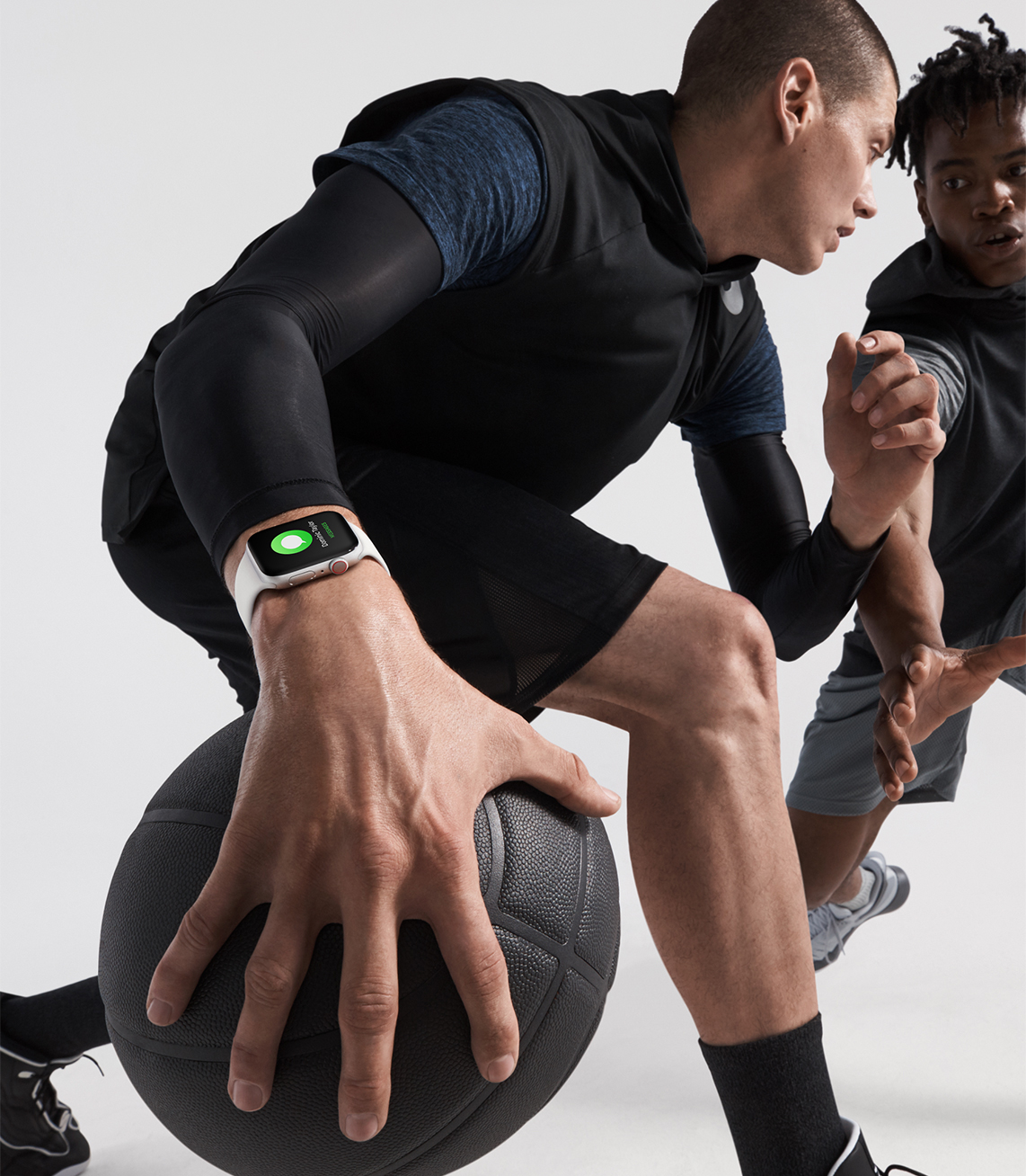 https://www.apple.com/newsroom/images/product/watch/lifestyle/apple-watch_series4_basketball-lifestyle_09122018_inline.jpg.large_2x.jpg