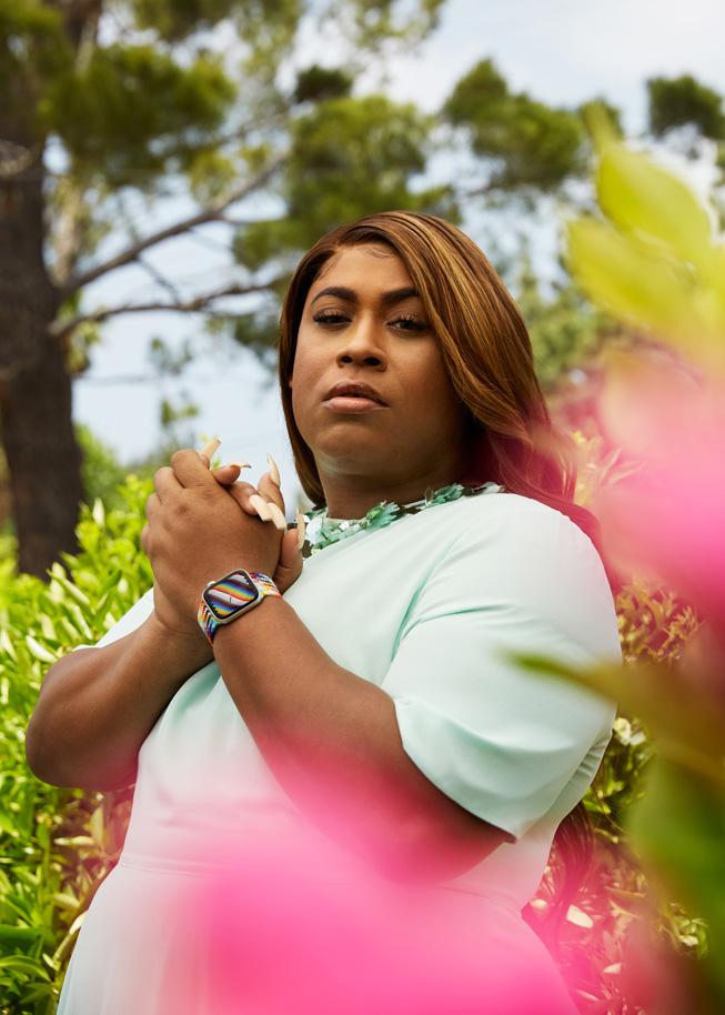 Apple Watch 프라이드 에디션 브레이드 스포츠 루프와 시계 페이스를 착용한 LGBTQ+ 지지자 도미니크 모건(Dominique Morgan)의 모습.