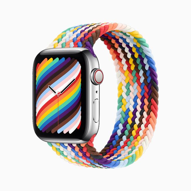 Apple Watch를 위한 프라이드 에디션 브레이드 솔로 루프와 시계 페이스를 옆에서 본 모습.