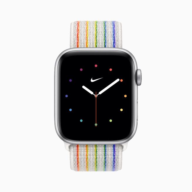 Apple Watch Nike를 위한 프라이드 에디션 스포츠 루프와 페이스를 정면에서 본 모습.