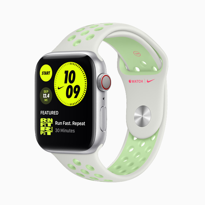 Apple Watch Nike со спортивным ремешком белого и неоново-зелёного цветов.