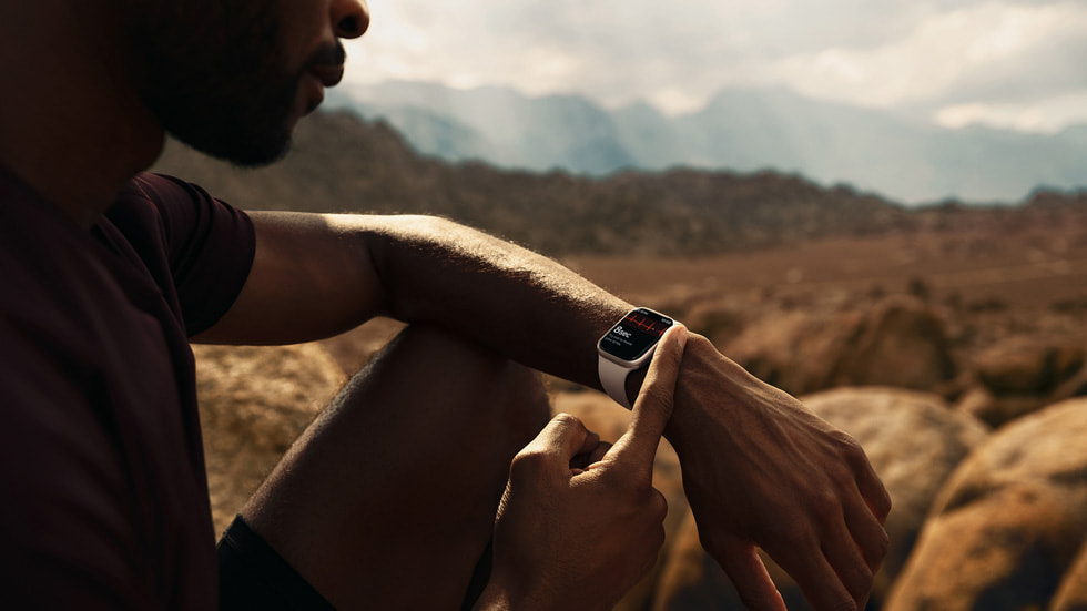 A person takes an ECG on Apple Watch Series 7.