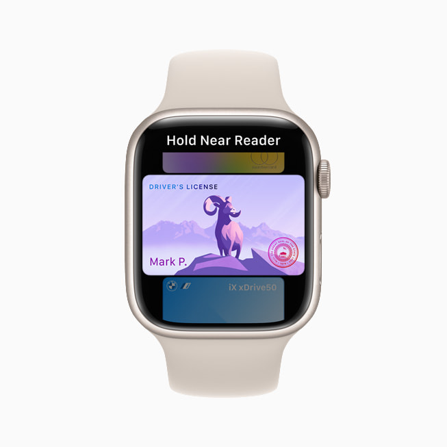 Una patente di guida in Wallet su un Apple Watch Series 7.