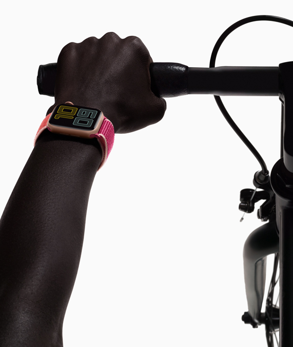 Apple Watch Series 5 en la muñeca de un ciclista.