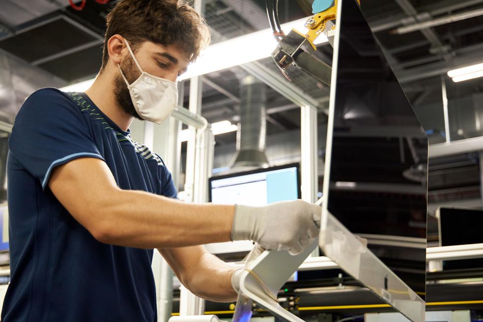 Ein Apple Mitarbeiter, der an der Fertigungsstraße für Macs auf dem Campus in Cork in Irland arbeitet.