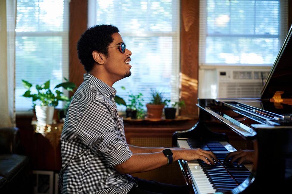 Mathew Whitaker tocando el piano en su hogar.