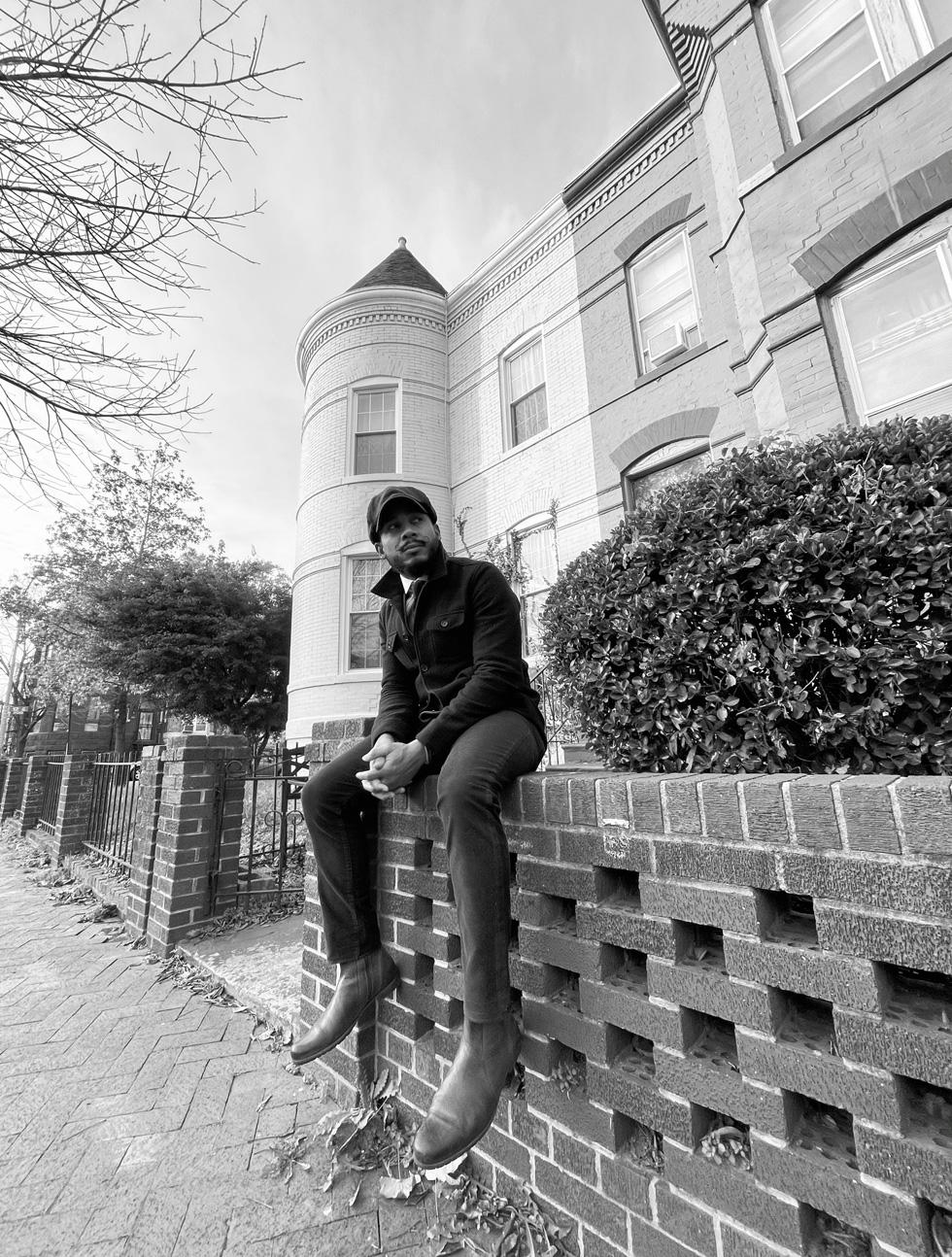 Chris, auf einer Mauer sitzend.