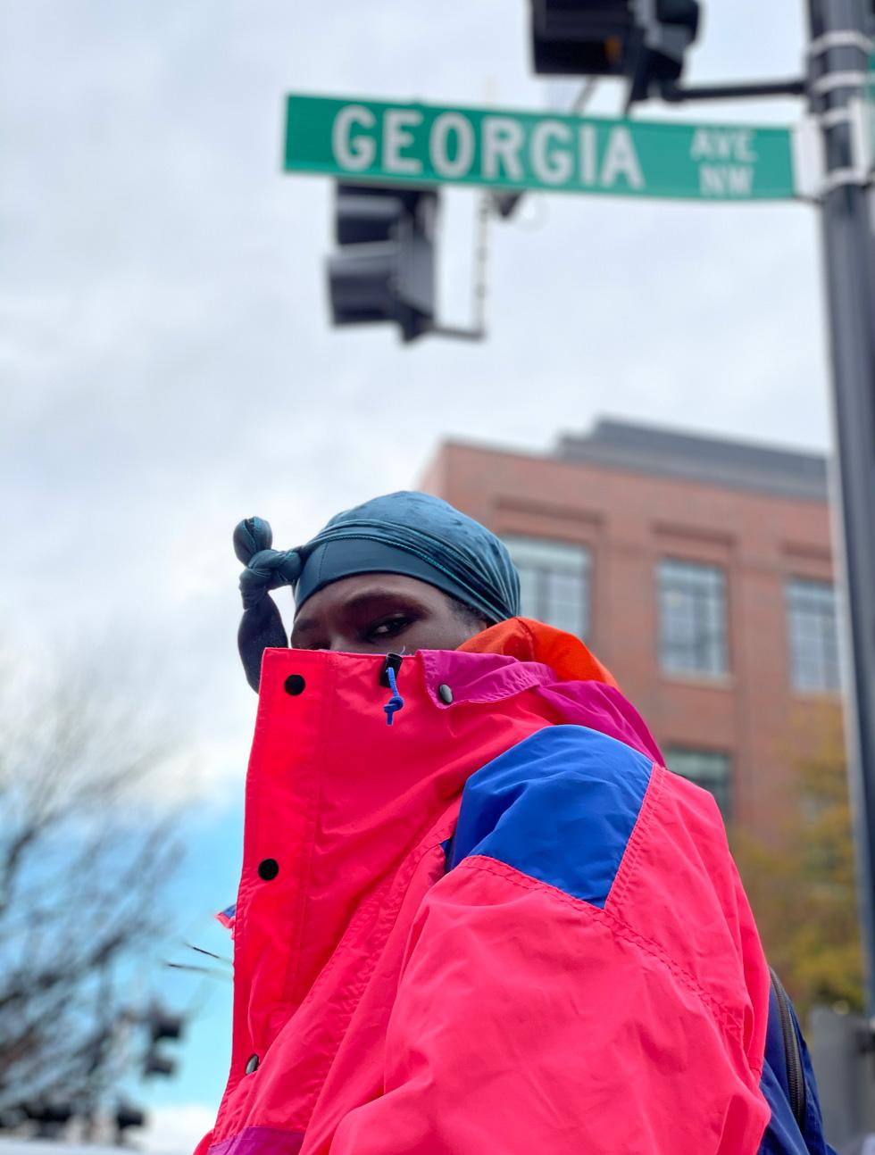 Nate, fotografiert unter einem Strassenschild der Georgia Avenue.
