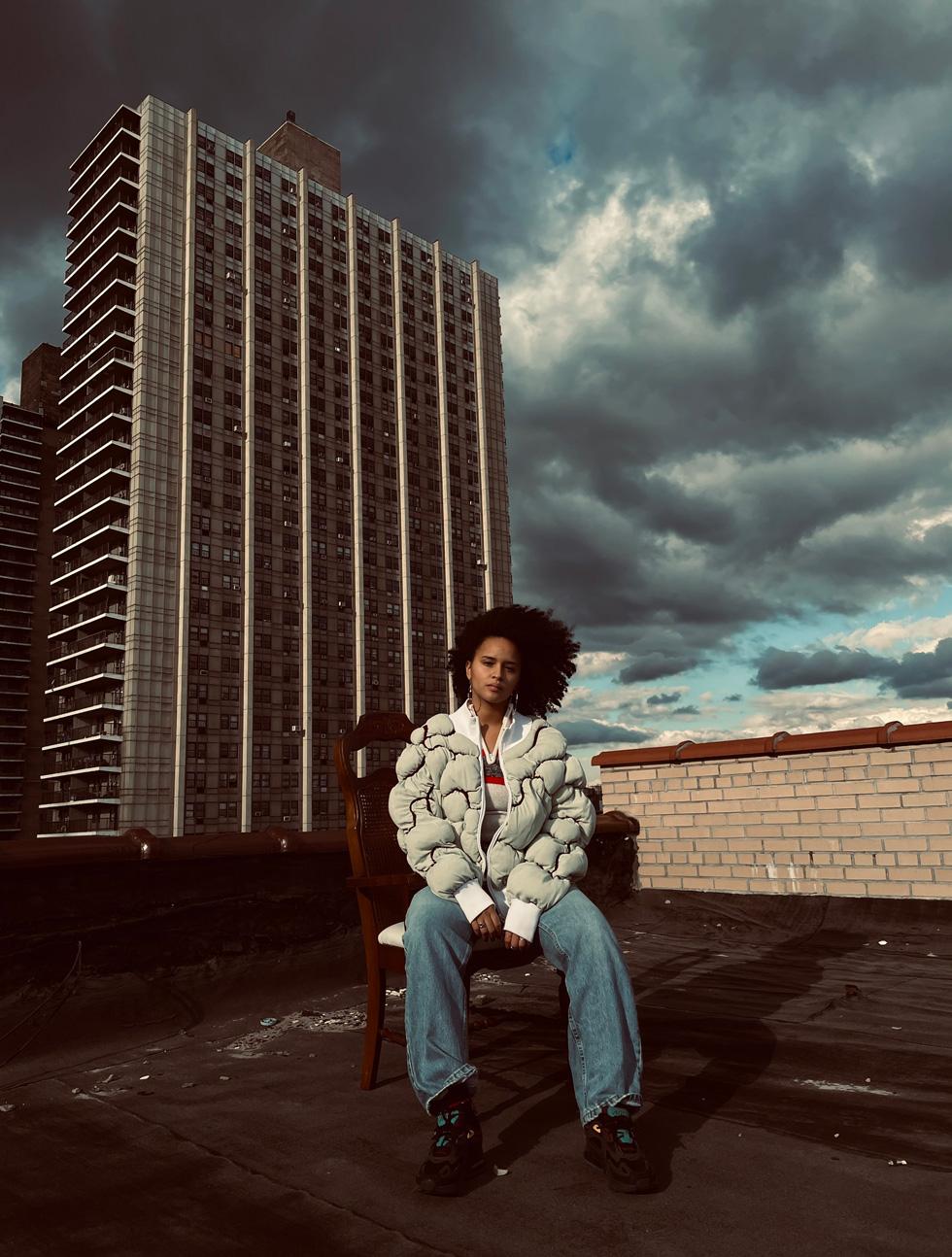 Jashly, fotografiert auf einer Dachterrasse.