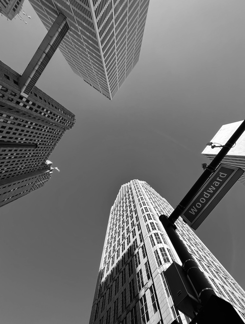 Woodward Avenue Strassenschild und Wolkenkratzer.